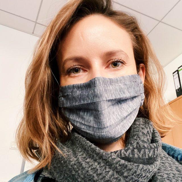 I protect you, you protect me. 😷 • Seit Montag gilt die Maskenpflicht in Geschäften und im öffentlichen Nahverkehr. Es gibt derzeit viele Diskussionen über die Wirksamkeit diese Maßnahme. Modellrechnungen zeigen, dass die Reproduktionszahl des neuen Coronavirus unter 1,0 bleiben kann, wenn 80% der Bevölkerung Masken tragen, die zu 60% effektiv ist. Kombiniert mit Hygienemaßnahmen und Abstandsregeln können wir so die Kurve weiter flach halten bis ein Impfstoff oder ein Medikament verfügbar sind. • • • #wearamask #maskeauf #maskenpflicht #staysafe #stayhealthy #zusammengegencorona #covid_19